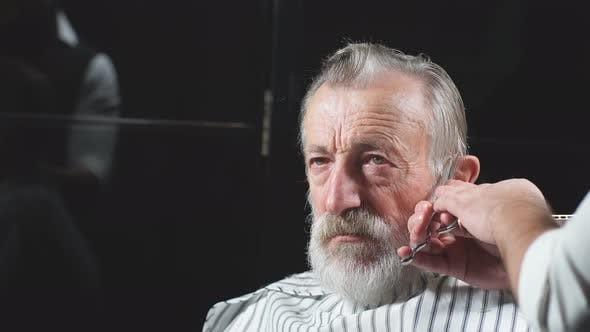 حلاق رجال متنقل لخدمة كبار السن
